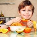 bimbo mangia frutta